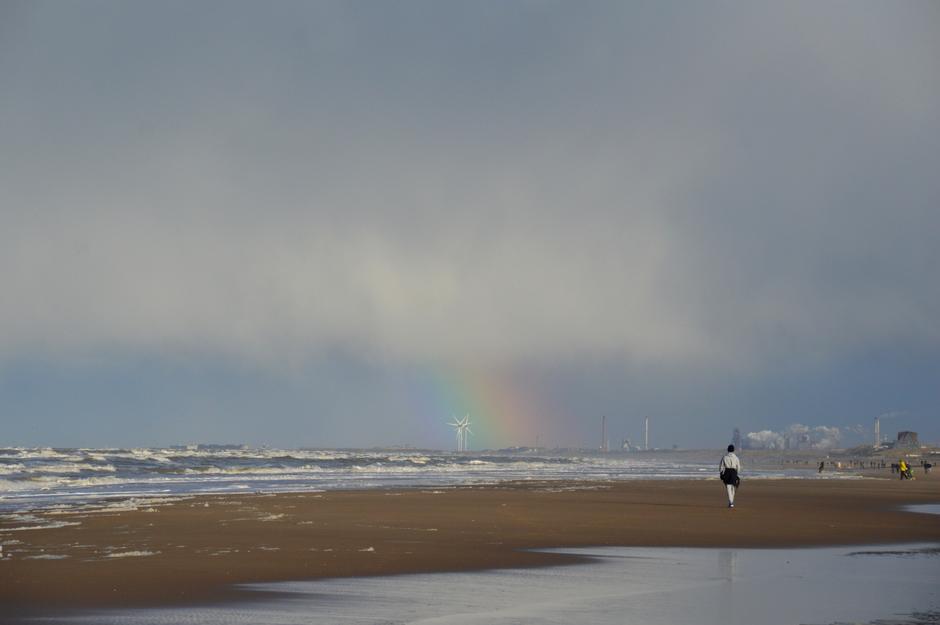 regenboog bui en mooie opklaring aan zee