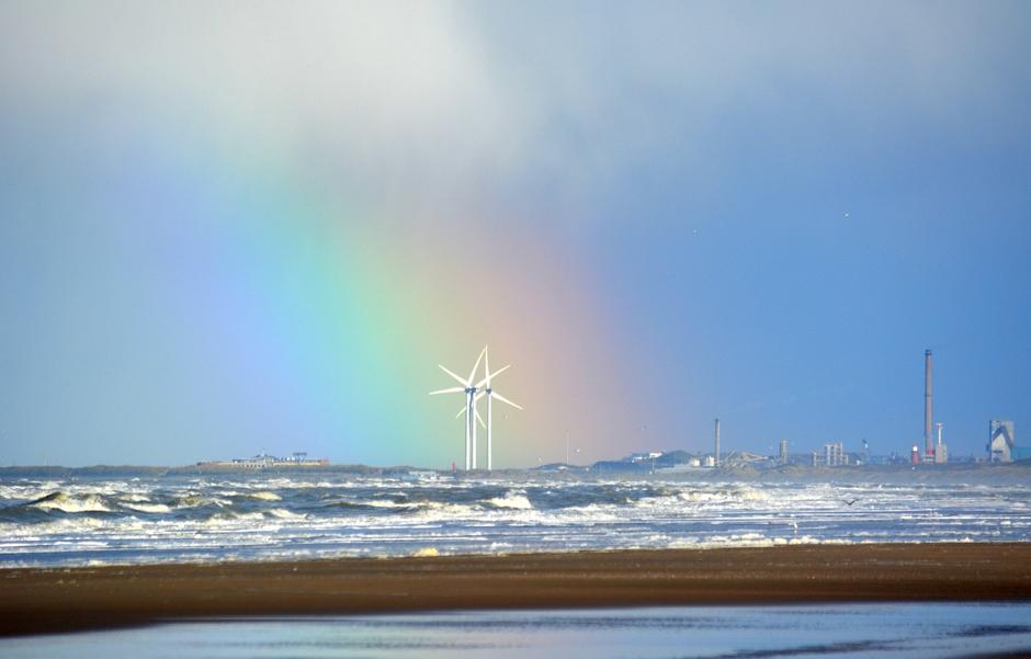 regenboog windmolens  mooie opklaring aan zee