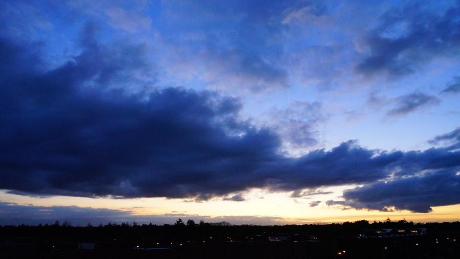 Donkere avondwolken