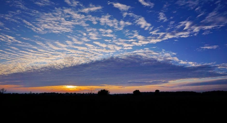 Een Zonsondergang met fraaie Wolkenluchten vanavond  op de Heide