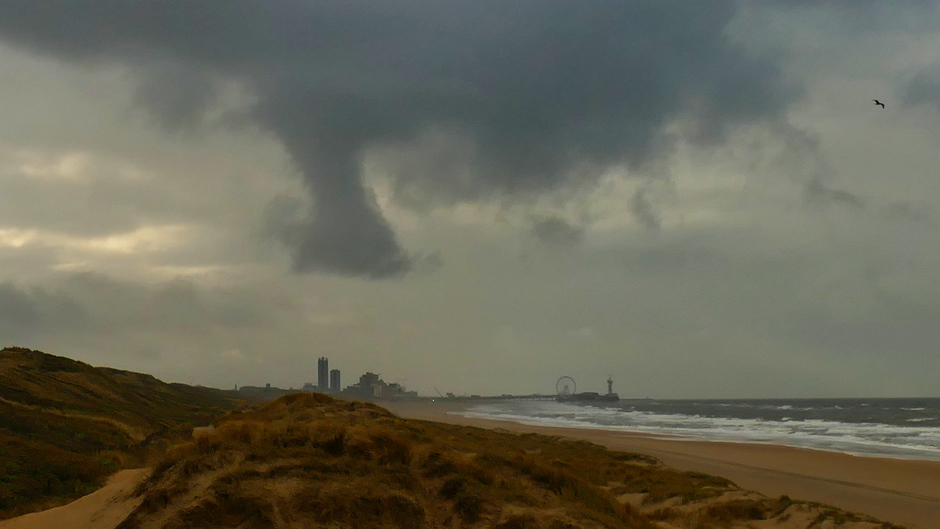 Zicht op Scheveningen en vreemde wolk vanmiddag