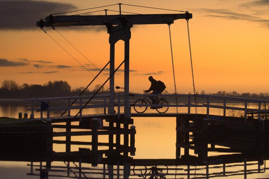 Een vroege fietser bij Zonsopkomst op Zaterdag 30 November
