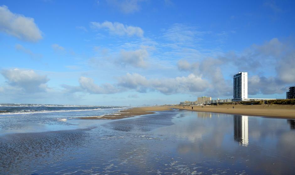blauwe lucht en opklaring aan zee