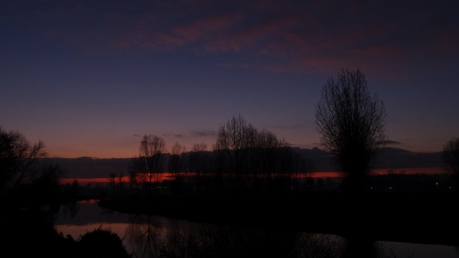 Na zonsondergang over de Roer