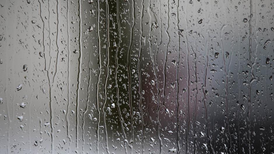 Regen sijpelt langs de ruiten om 9.45 uur