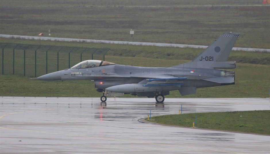 20191206 Bij grijs en regenachtig weer zijn vanmorgen 3 F-16 geland op vlb Eindhoven (afkomstig van vlb Volkel)
