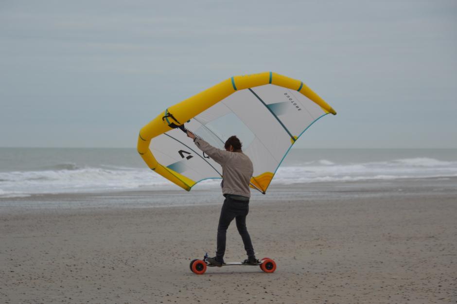 windsurfen op het strand