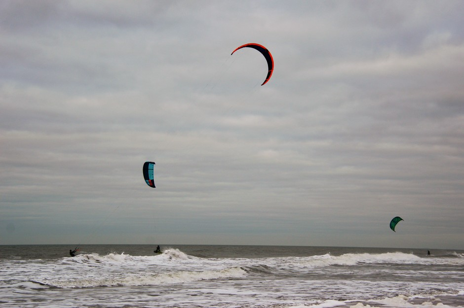 surfers op de Noordzee