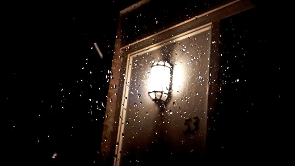 Zondagmorgen, nog donker, met regen en veel wind.