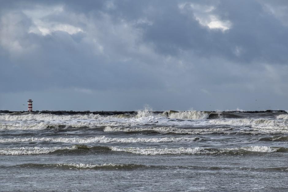 Wind, hoge golven en ijskoude buien 13.30