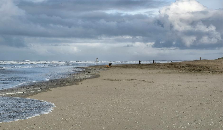 Door harde wind water tot aan duin, buien en hoge golven