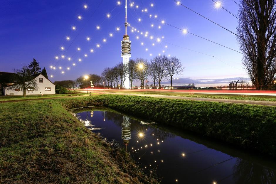 """De grootste """"kerstboom"""" van Nederland is weer opgetuigd."""