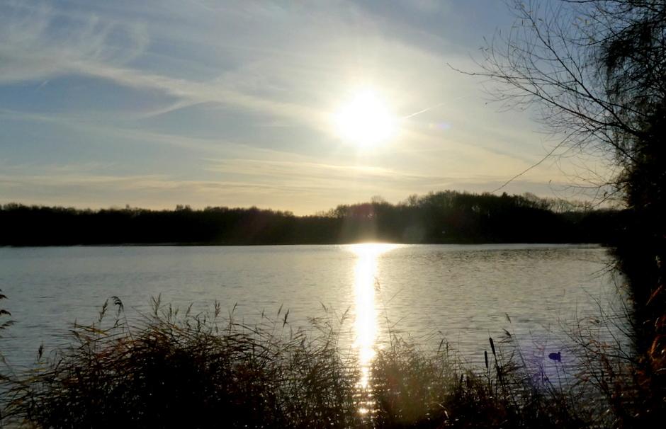 fel schijnt de zon over het water