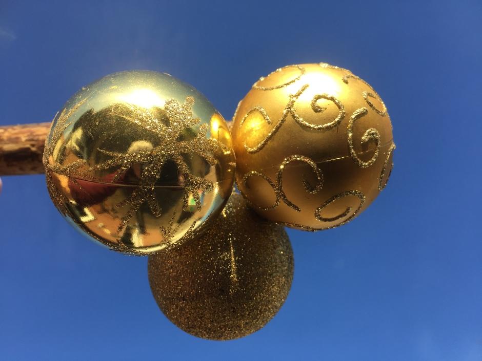 De kerstbersiering schittert in het zonlicht