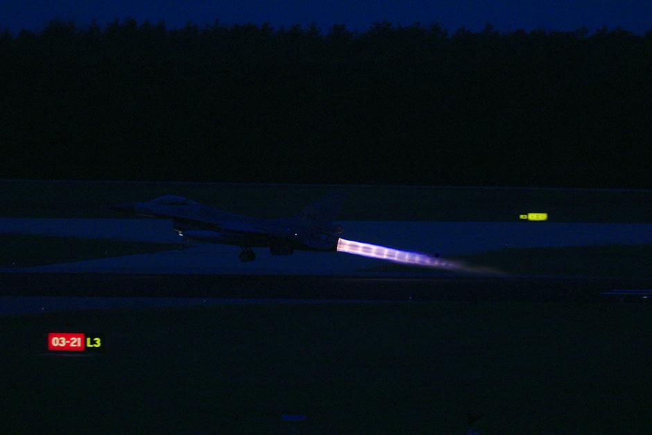 20191210 Avondvliegen van F-16s van de Koninklijke Luchtmacht op vlb Eindhoven, deze vliegtuigen zijn hier deze week tijdelijk gebaseerd
