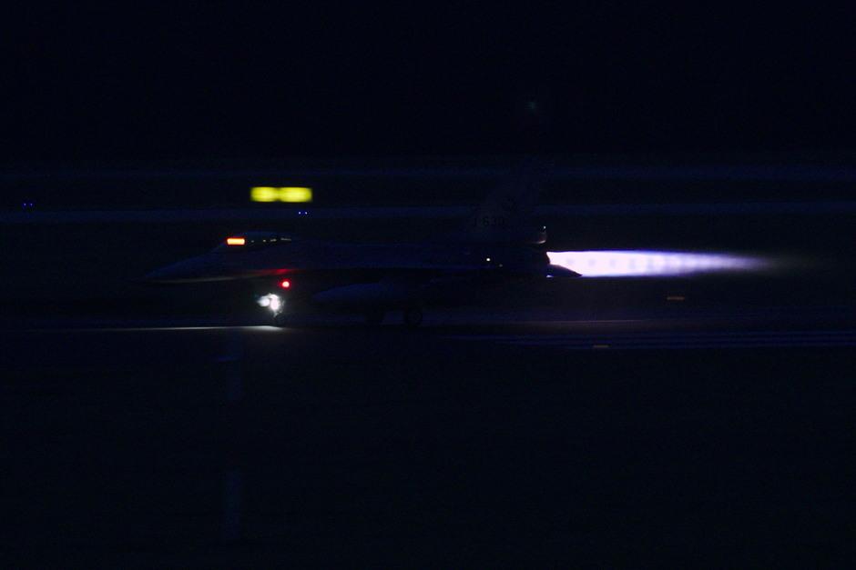 20191211 Avondvliegen van F-16s van de Koninklijke Luchtmacht op vlb Eindhoven, deze vliegtuigen zijn hier deze week tijdelijk gebaseerd