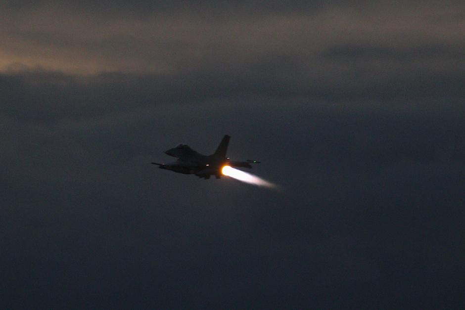 20191212 Avondvliegen van F-16s van de Koninklijke Luchtmacht op vlb Eindhoven, deze vliegtuigen zijn hier deze week tijdelijk gebaseerd