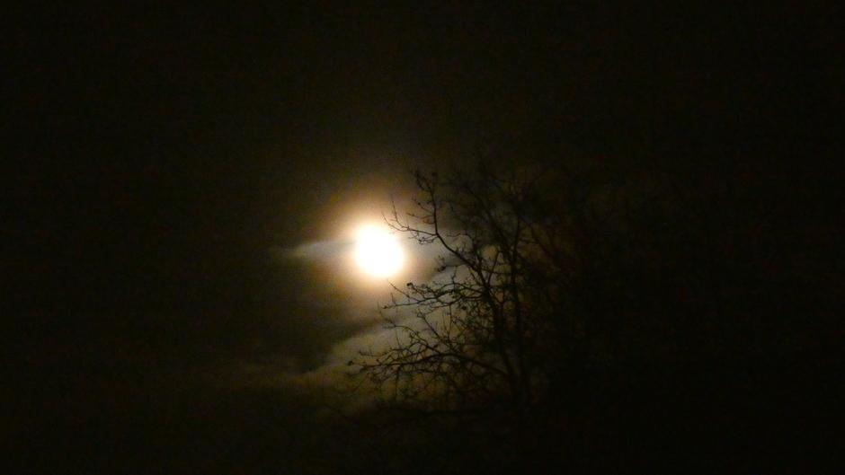 Maan door de wolken heen