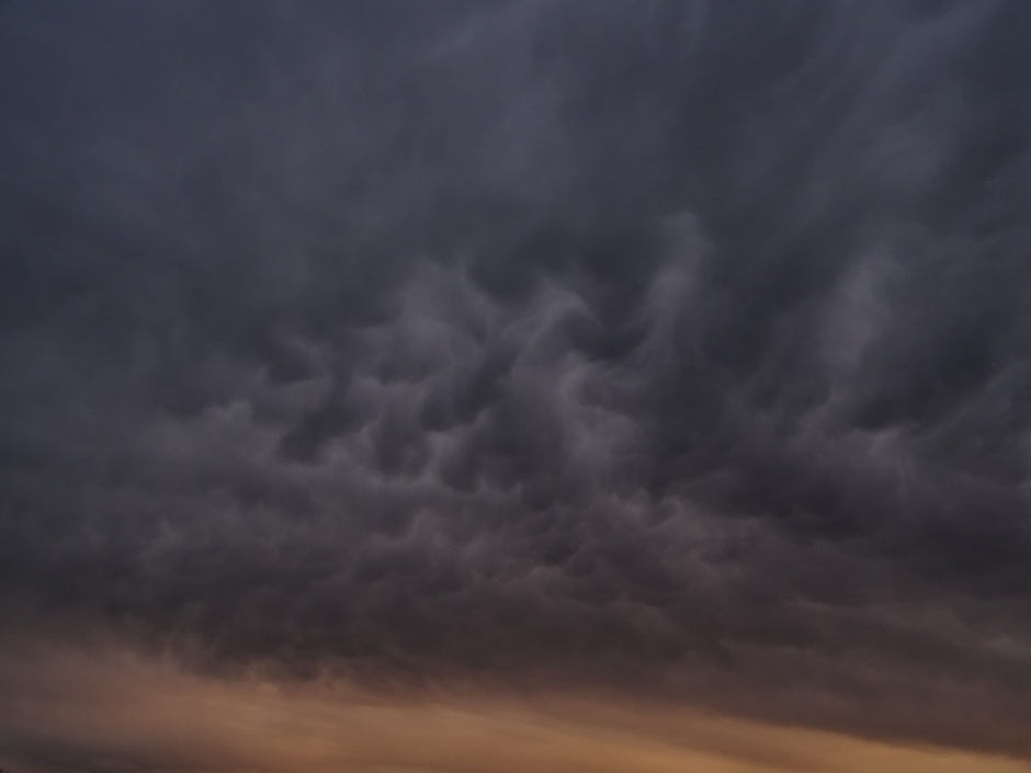 Indrukwekkende lucht met zonsondergang