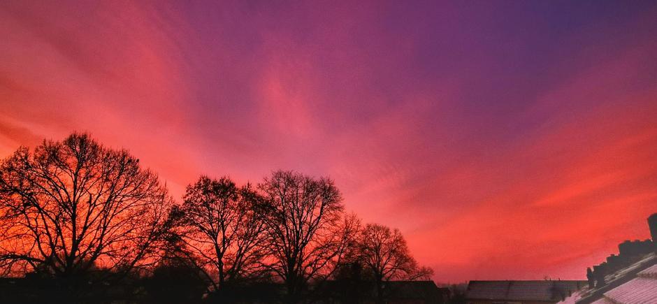 Kleurrijk, koud, ijs en condens vanmorgen boven Doornenburg