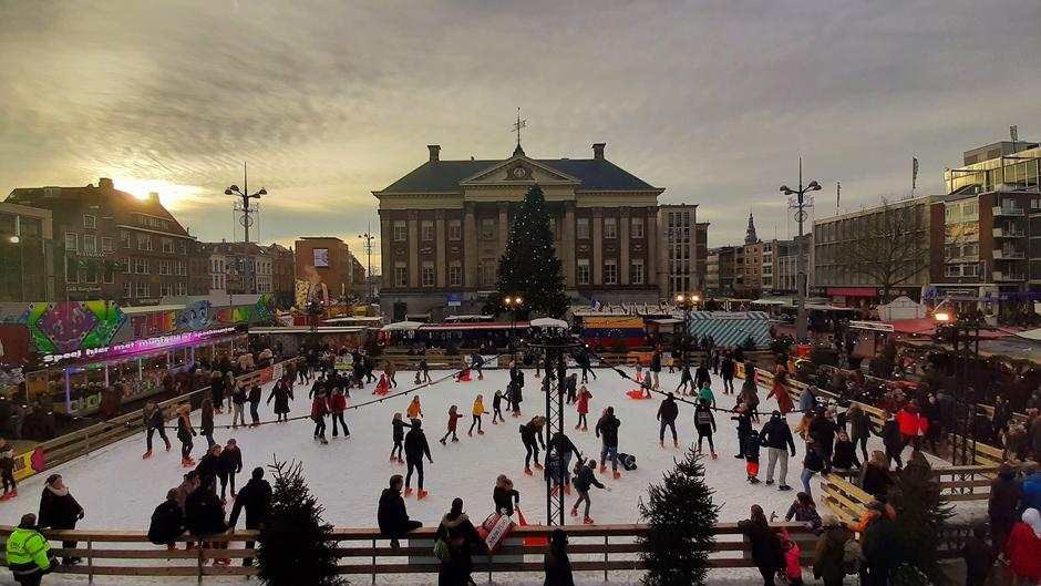 De ijsbaan rond 16 uur , lijkt Anton Pieck wel :-)