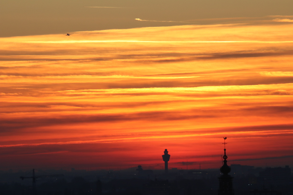 Zonsondergang achter Schiphol