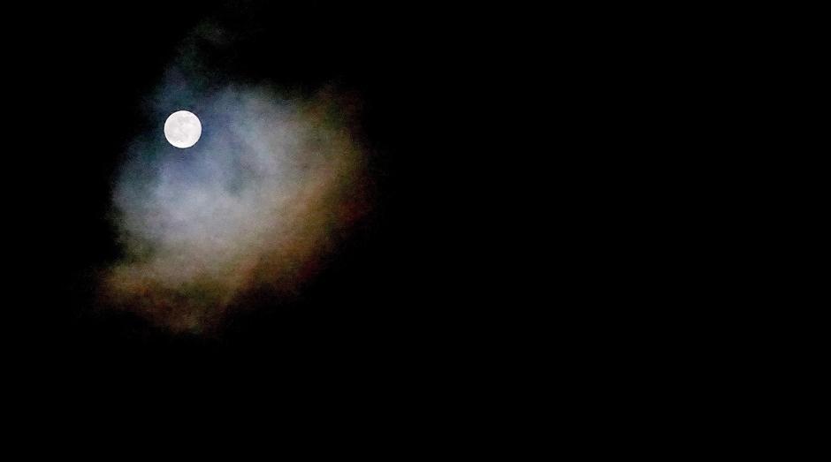 Volle maan vrijdagavond met wat bewolking rond 21.00 uur