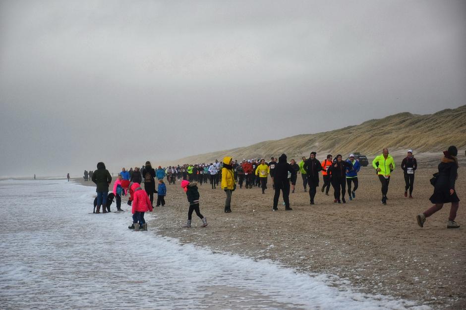 Tijdens de loodzware, want wind op kop, halve marathon van Egmond ong 14 uu