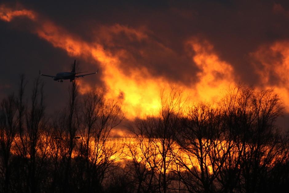 20200112 Zonsondergang in Eindhoven, met een vliegtuig vlak voor de landing on Eindhoven Airport