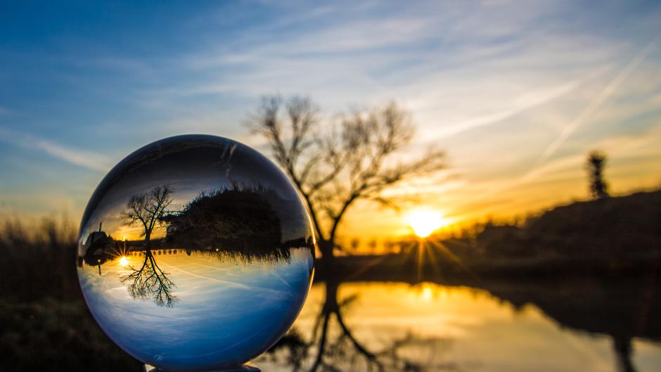 Weer een fraaie zonsopkomst, -ïk zag het is de glazen bol vanmorgen-