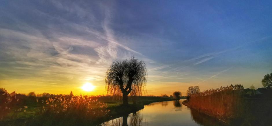 Genoten van de zonsondergang bij de Linge