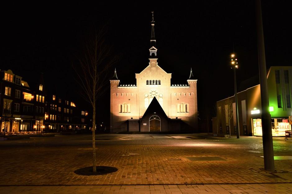 Kerkplein verlicht.