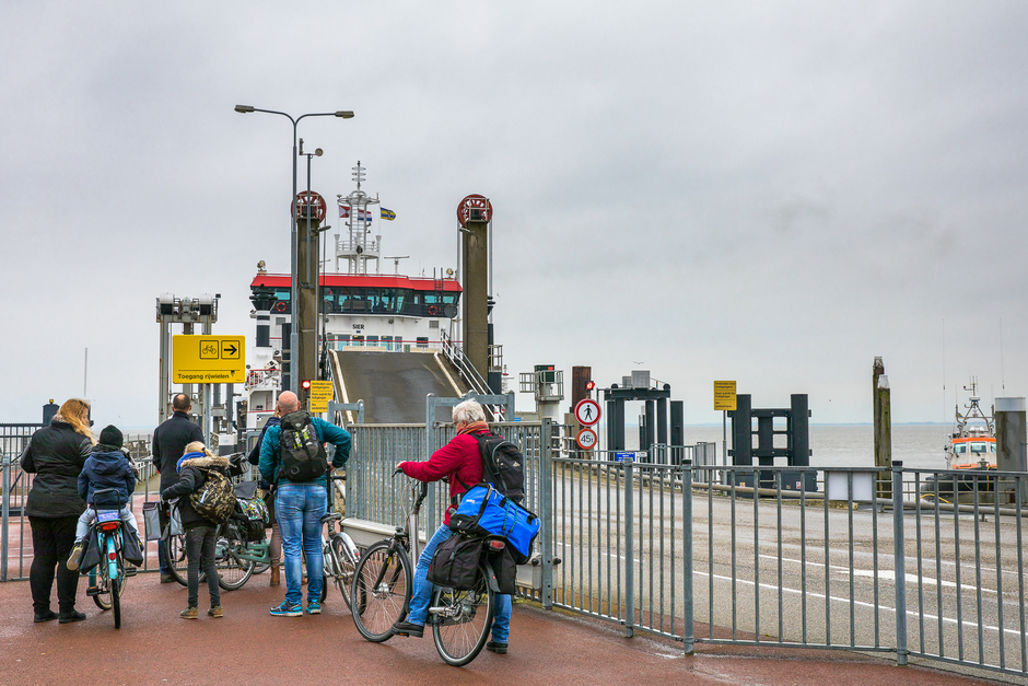 koud op de pier in Holwerd.