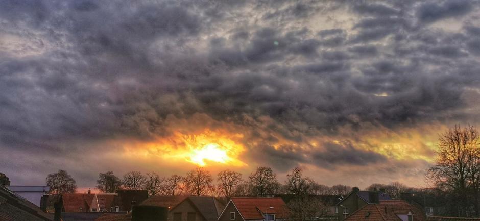 Streepje licht vanmorgen en zon door de wolken in de late middag in Doornenburg