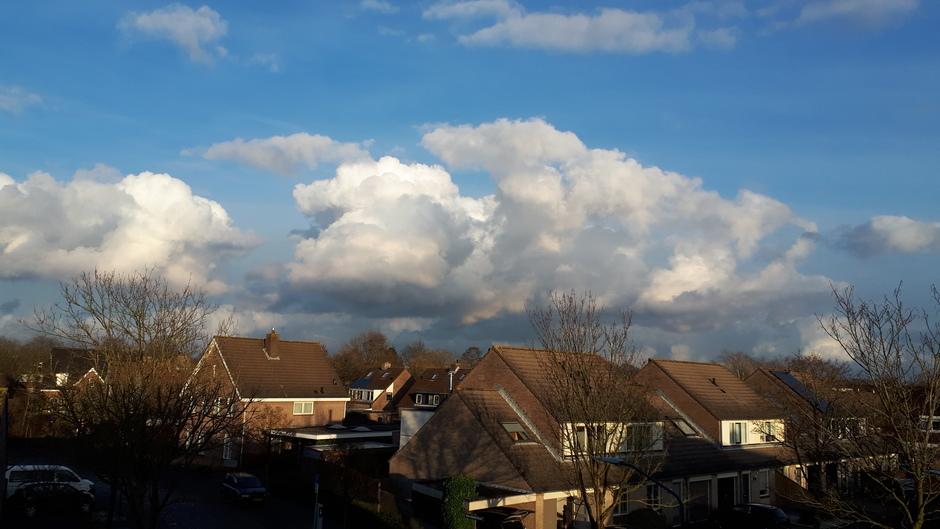 Wolkenlucht einde middag.