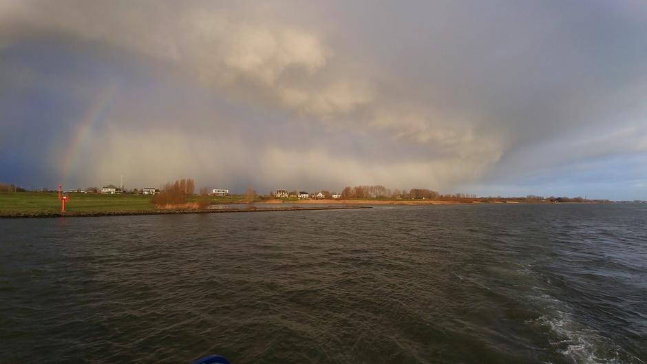 Regenboog en hagelbui onderweg