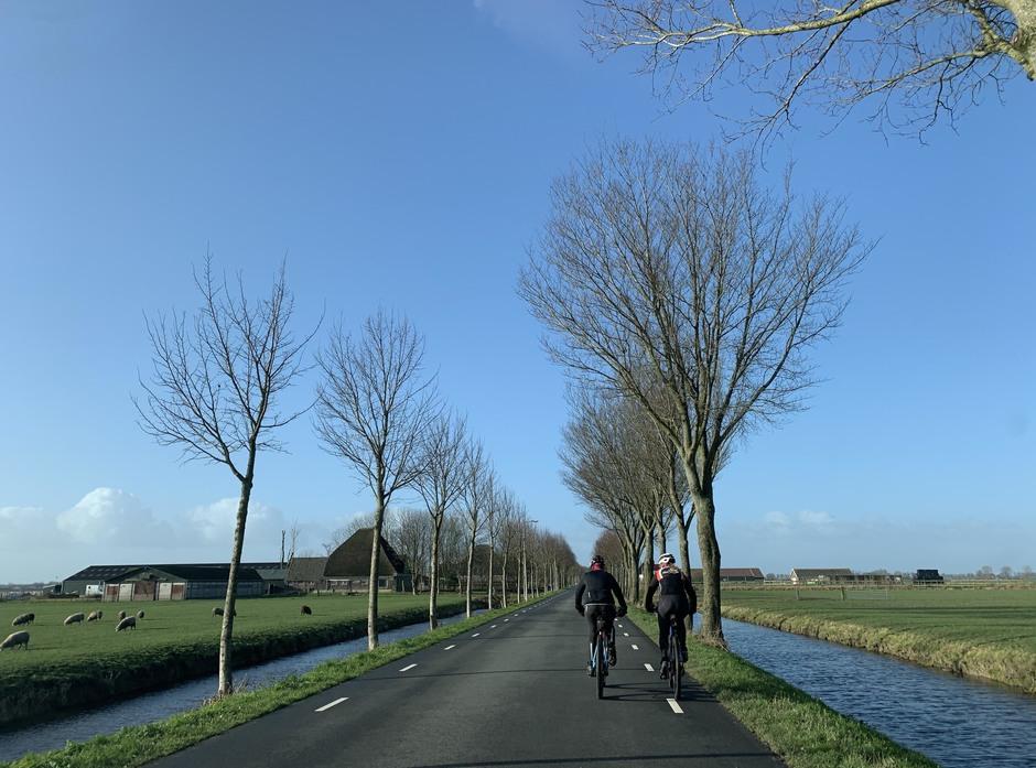 Twee snelle vrouwelijke wielrenners in de Beemster