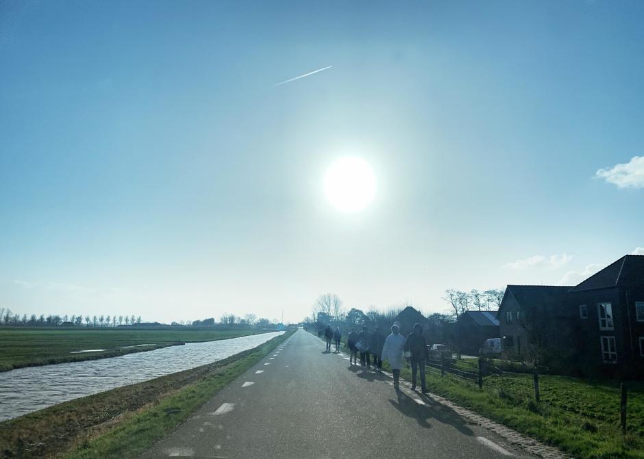 Wandelen langs vaart in Oost-Grafdijk (met tegenlicht)
