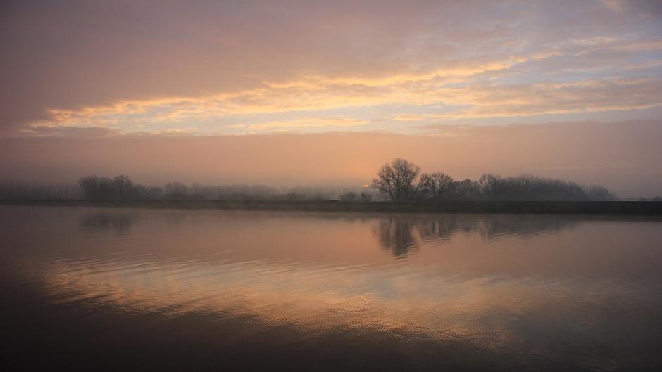 Mooie lucht tijdens de zonsopkomst bij de Lek in Wijk bij Duurstede