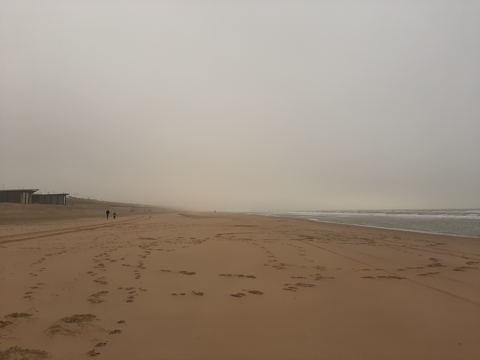 Somber, mistig en grijs aan het strand van Bloemendaal