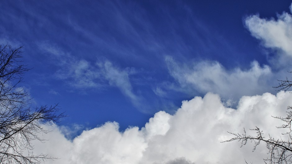 Blauwe lucht en dikke witte wolken