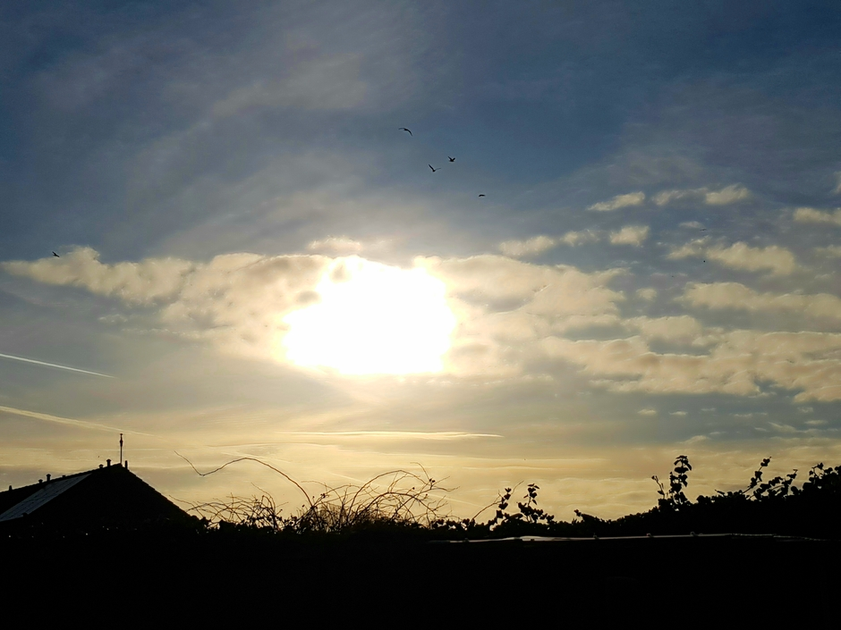 Zon schijnt weer na bewolkte dag