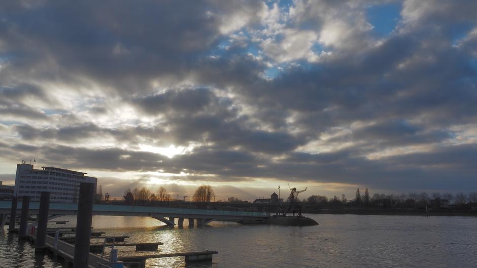 Wolken aan de Maas