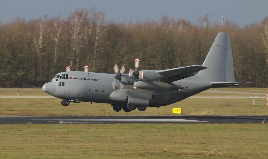 20200211 Een C-130 hercules van de Oostenrijkse Luchtmacht tijdens de landing op vlb Eindhoven, met een redelijk crosswind