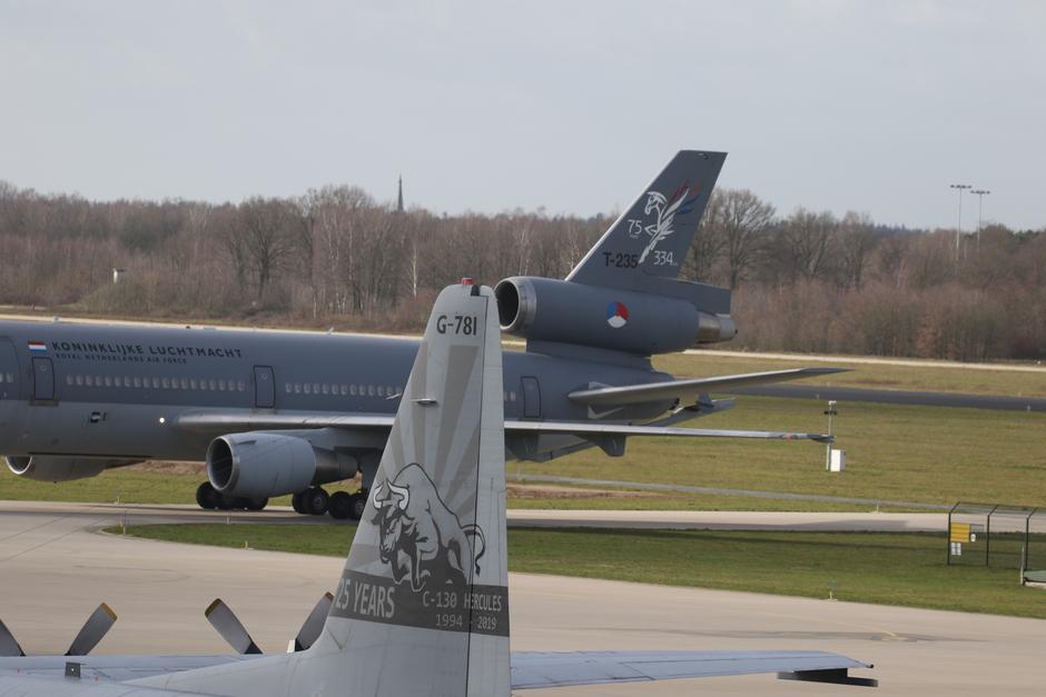 20200212 2 transportvliegtuigen van de Koninklijke Luchtmacht met speciaal beschilderde staarten op vlb Eindhoven, KDC-10 en C-130