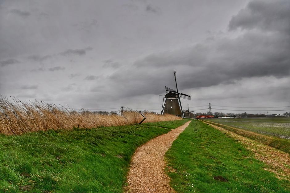 Wind wolken en een windmolen