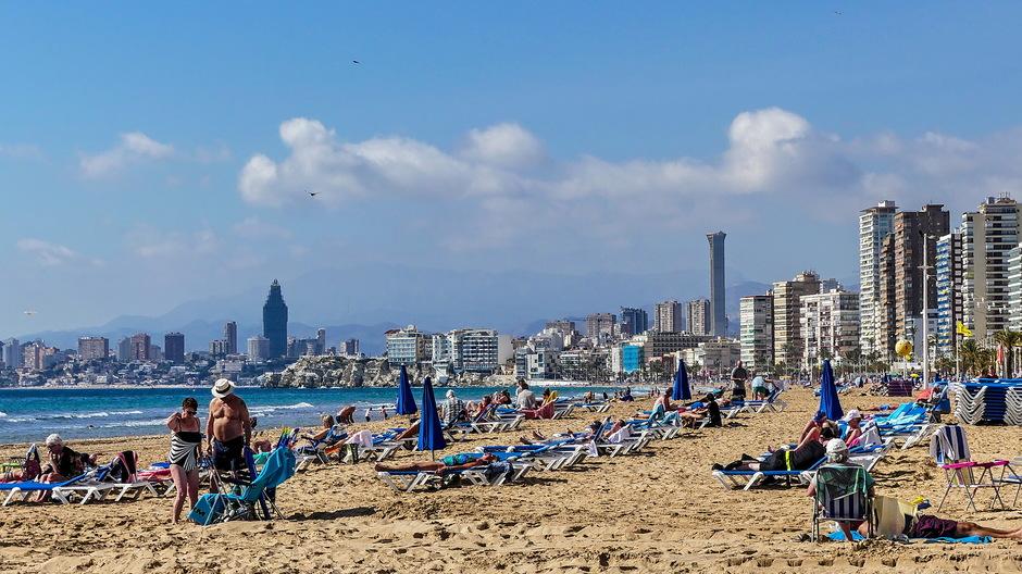 Zonnige stranddag en wolkjes