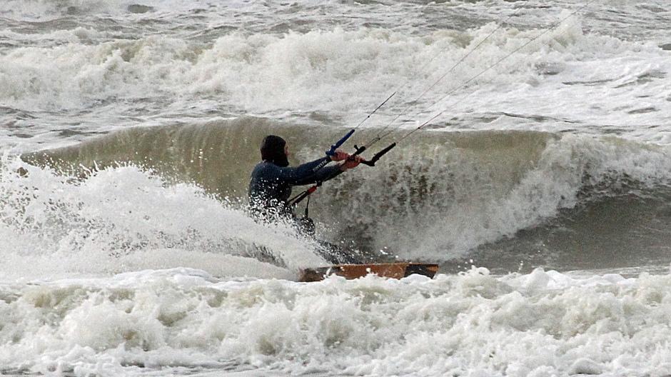 kitesurfers profiteren van de harde wind (3)