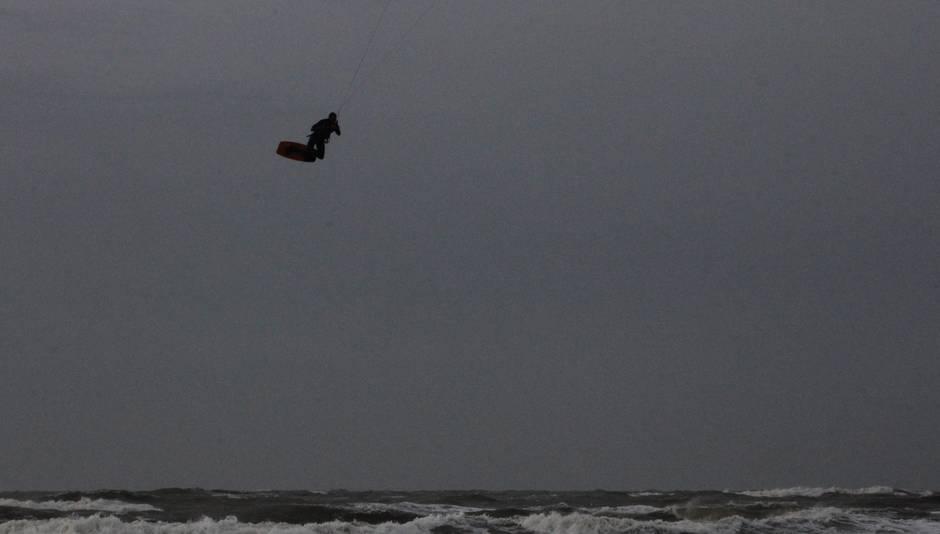 Kitesurfers in een donker decor