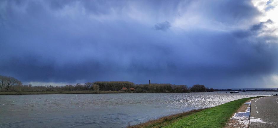 Blauw, wolken en valstrepen in Gendt vandaag